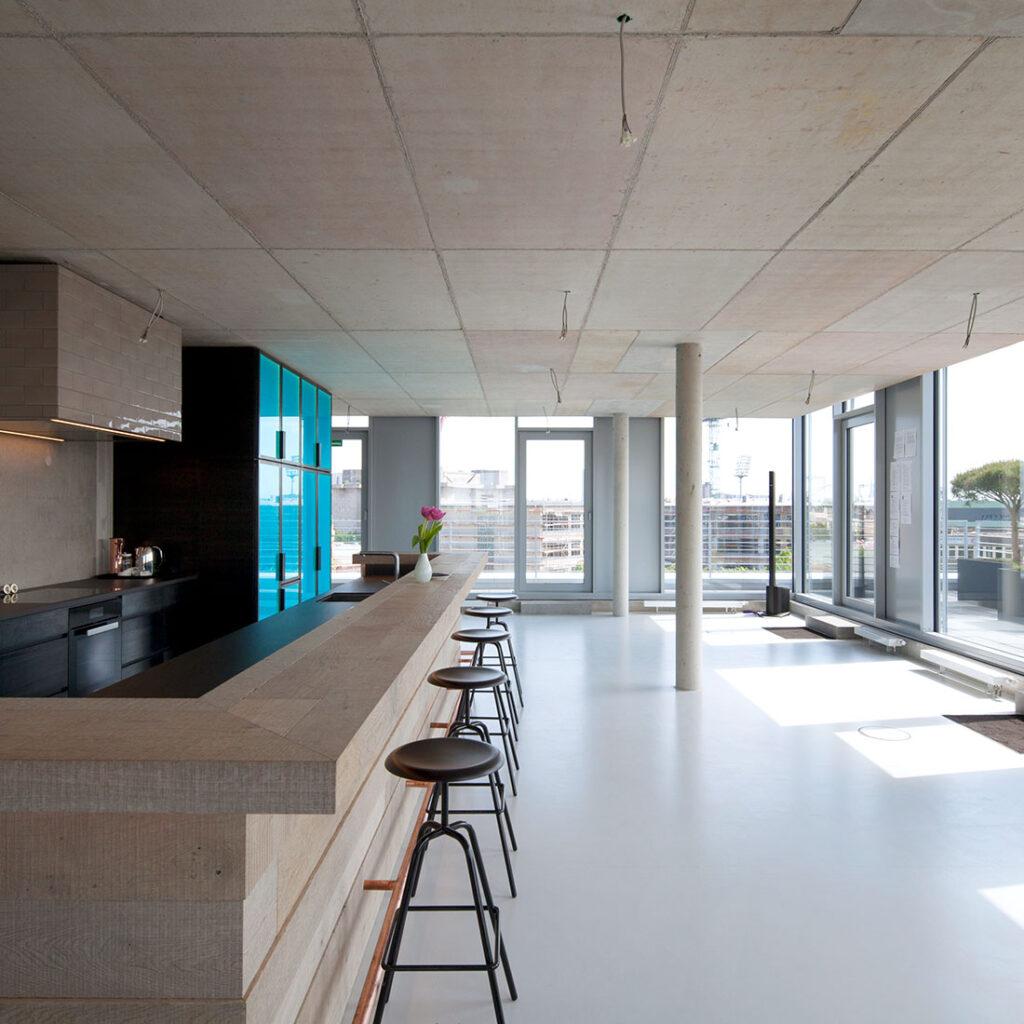 Bar mit Sichtbeton im nachhaltigen Loft-Gebäude