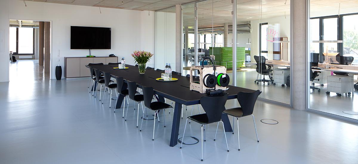 Konferenzraum mit Sichtbeton im nachhaltigen Loft-Gebäude